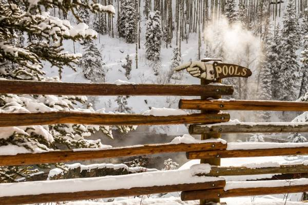 A sign pointing tourists in the direction of the naturally occuring hot springs in Steamboat Springs, CO